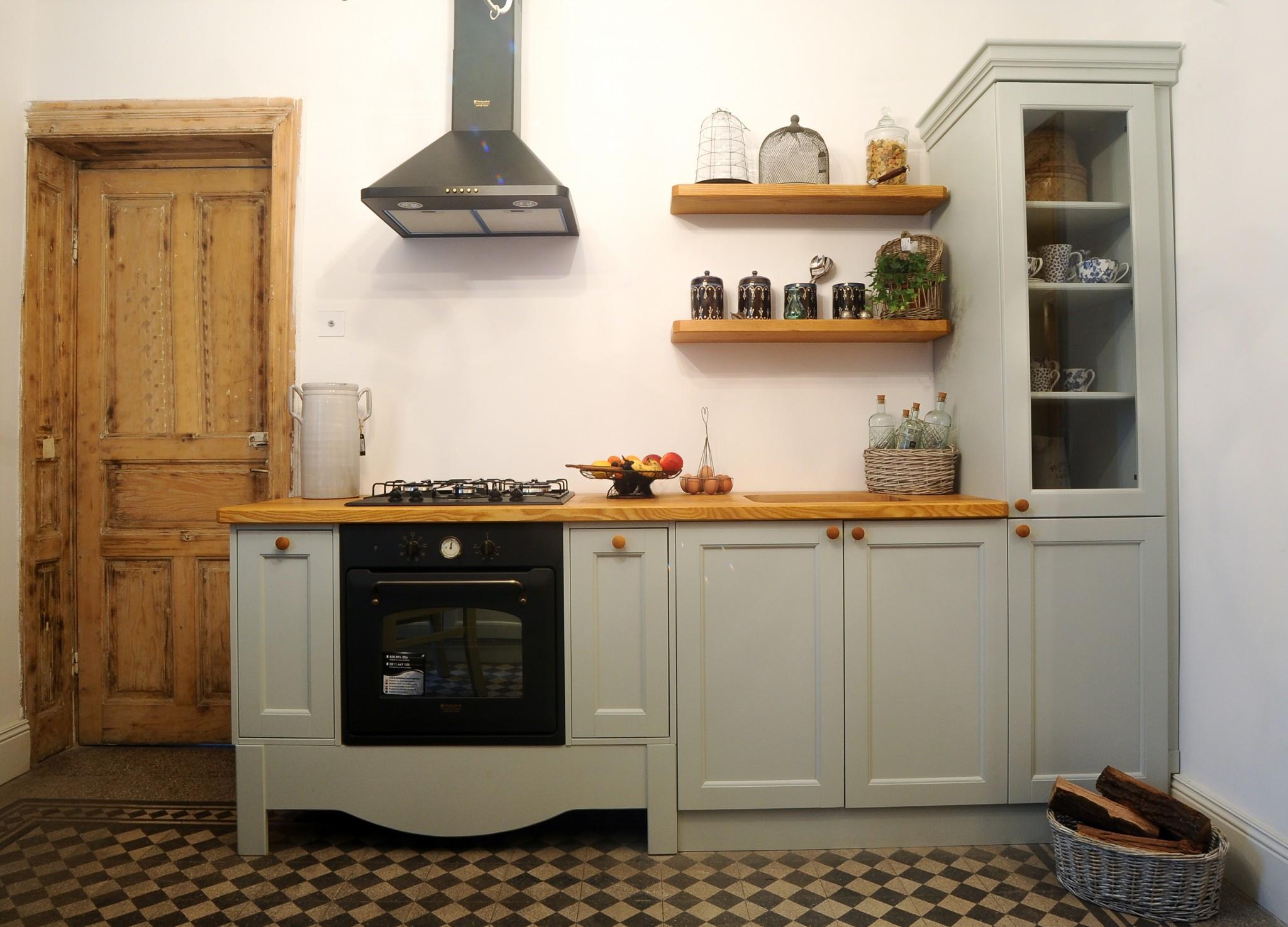 Mobilier de bucatarie din lemn masiv realizat la comanda – Definitia elegantei si a functionalitatii, in propriul tau camin!
