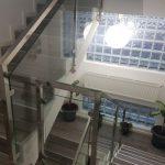Avantajele alegerii unei balustrade de inox cu sticla