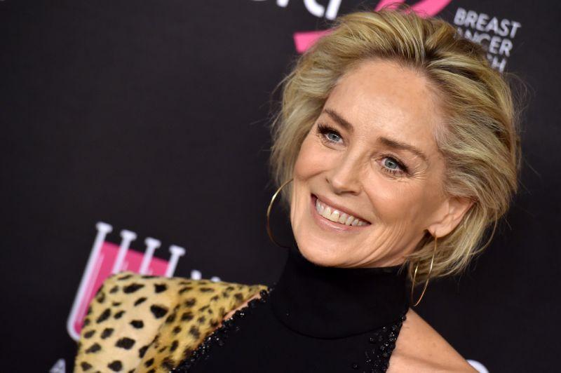 Sharon Stone isi dezvaluie rutina zilnica de infrumusetare si make-up!